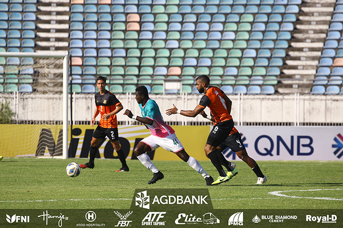Yangon United's Ernest Barfo (green) carries the ball against Hougng United in their previous Group F match in the AFC Cup 2020 at Thuwunna Stadium in Yangon.Photo:MNL
