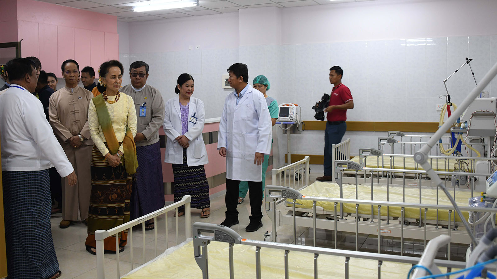 State Counsellor Daw Aung San Suu Kyi inspects the Lashio General Hospital.Photo: MNA
