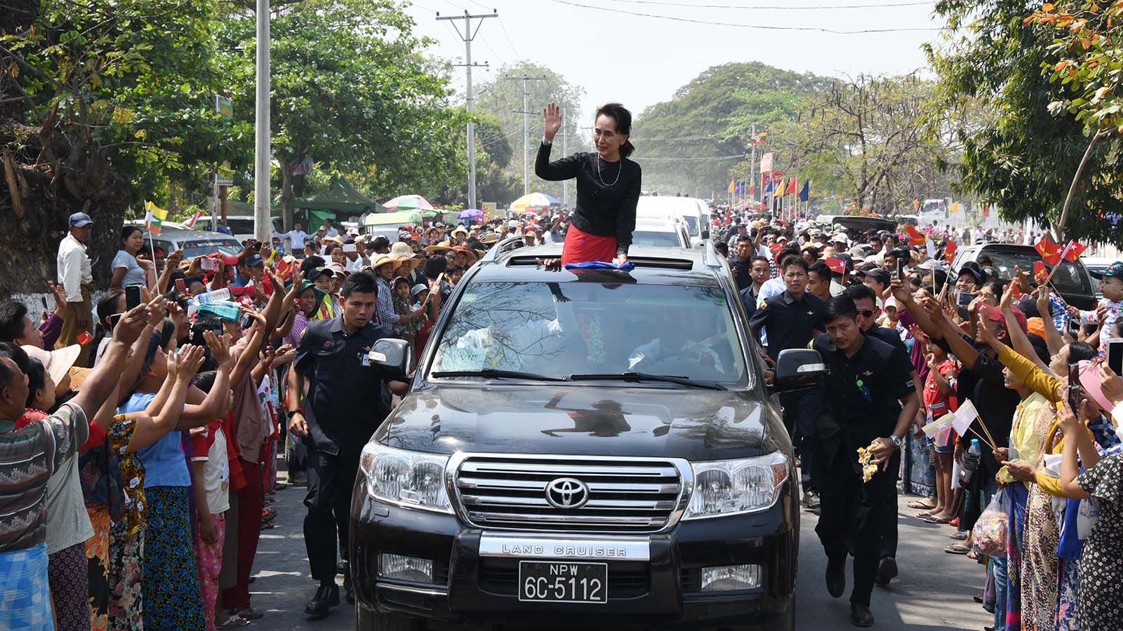 State Counsellor Daw Aung San Suu Kyi is welcomed by local people in Dabayin, yesterday.Photo: MNA