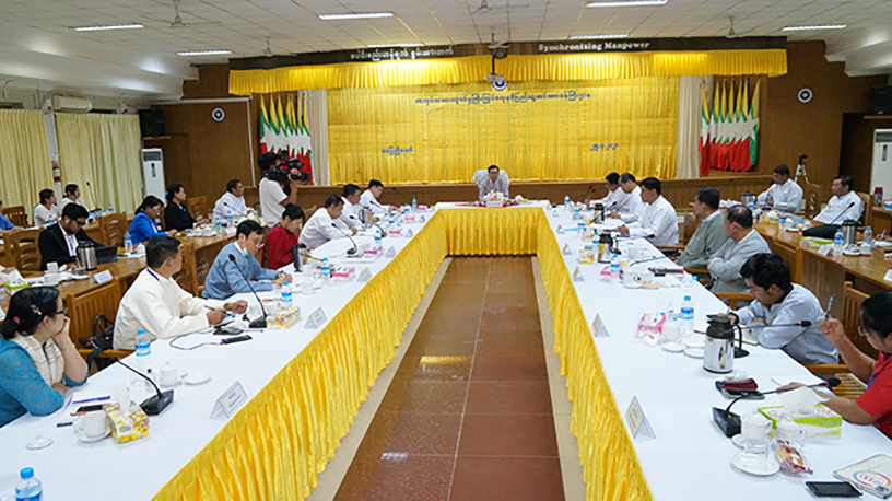 Union Minister U Thein Swe attends the meeting with representatives of emplyoees and employers in Nay Pyi Taw yesterday.  Photo: mna