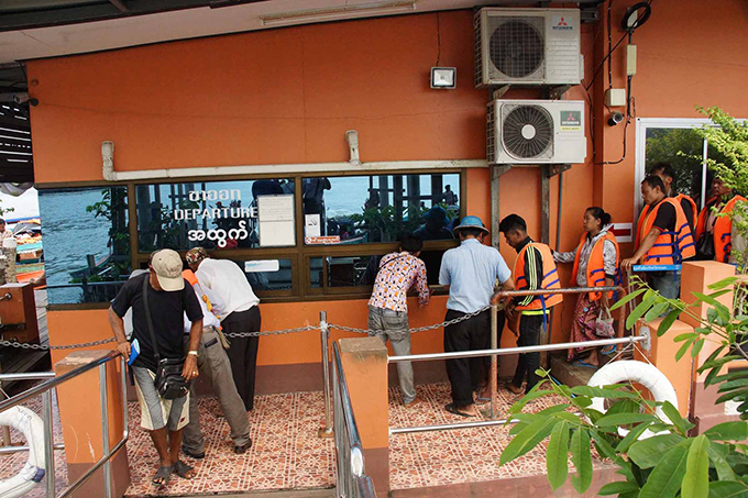 Officials  conducting the immigration  processes at the Kawthoung-Ranong port border. Photo: Kyaw Soe (Kawthoung)