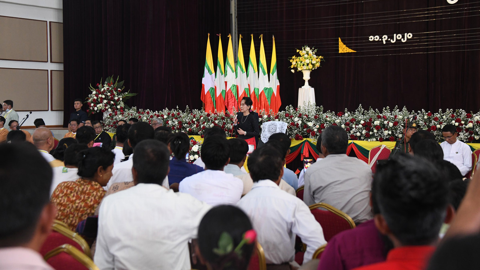 State Counsellor Daw Aung San Suu Kyi speaks at the meeting with local people in Shwebo.Photo: MNA
