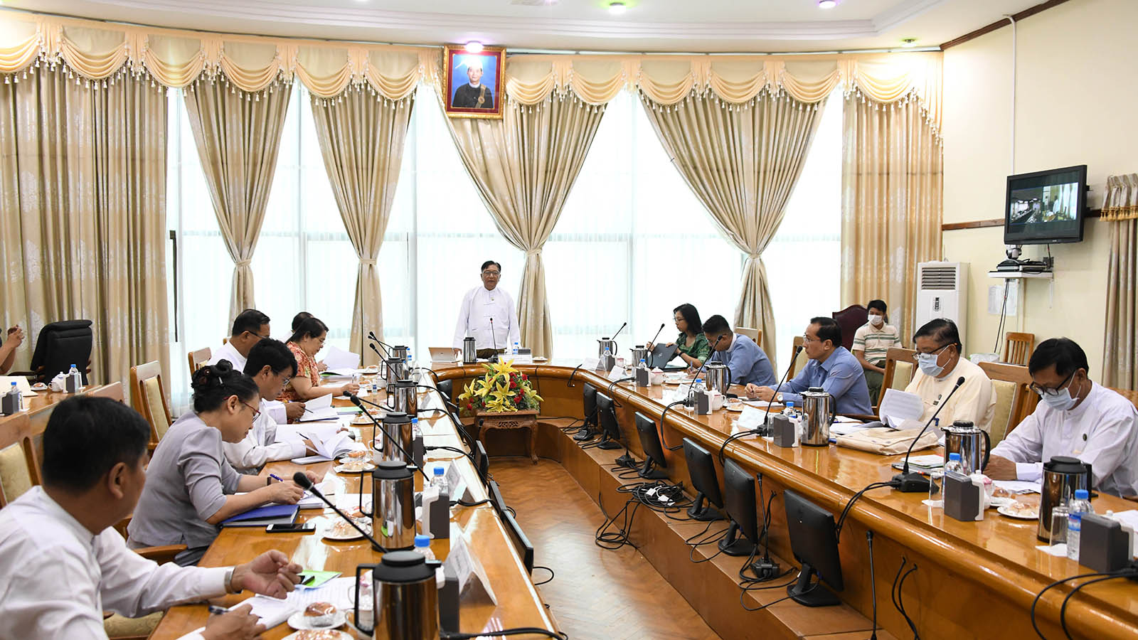 Permanent Secretary U Aung Soe addresses the meeting on controlling surge in prices of goods and commodities amid Covid-19.Photo:MNA