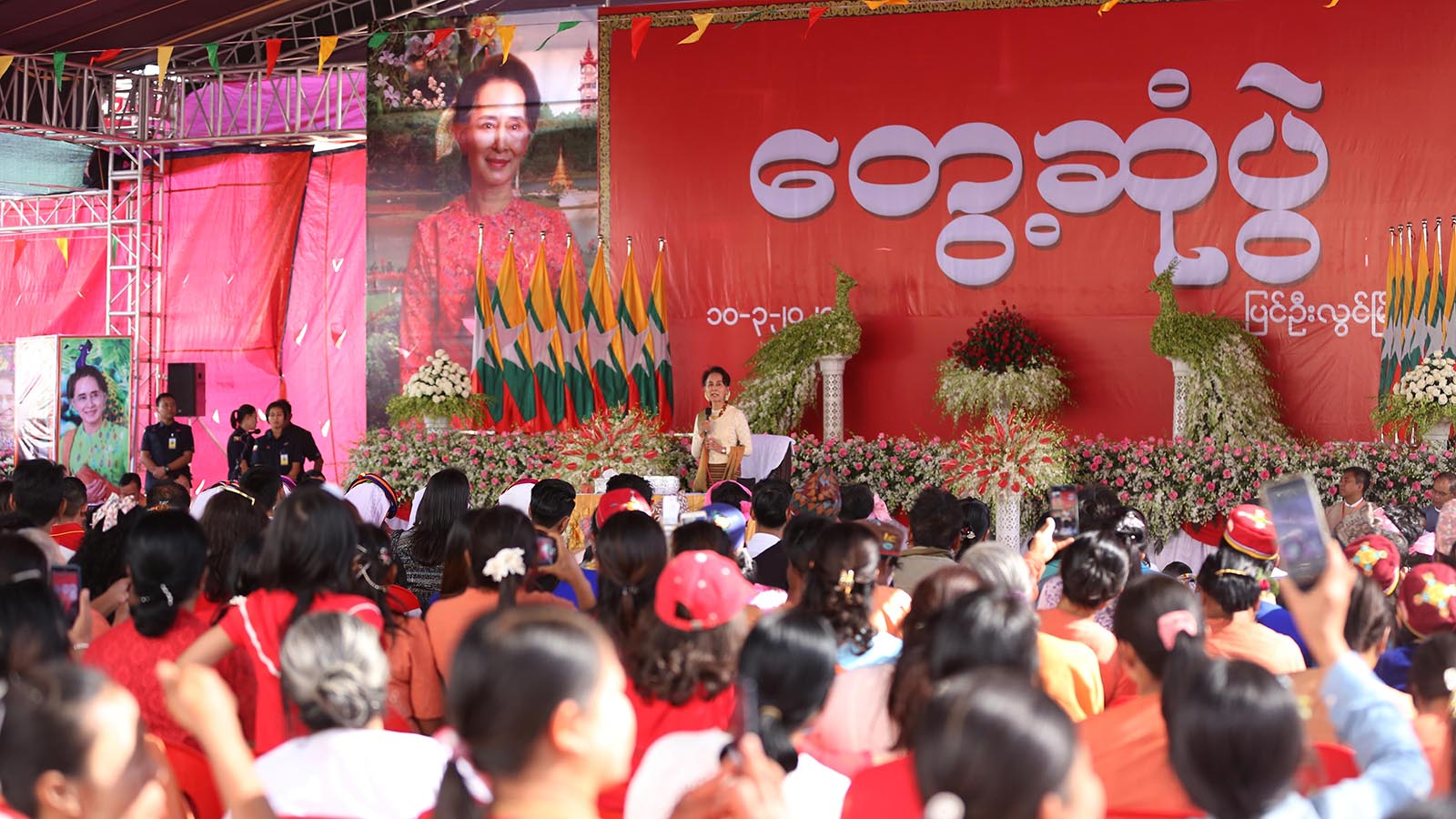 State Counsellor Daw Aung San Suu Kyi speaks at the public meeting in PyinOoLwin.Photo: MNA