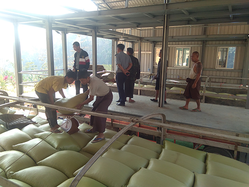 Merchants check the goods at Mese broder camp. Photo: Witt Yee (IPRD)