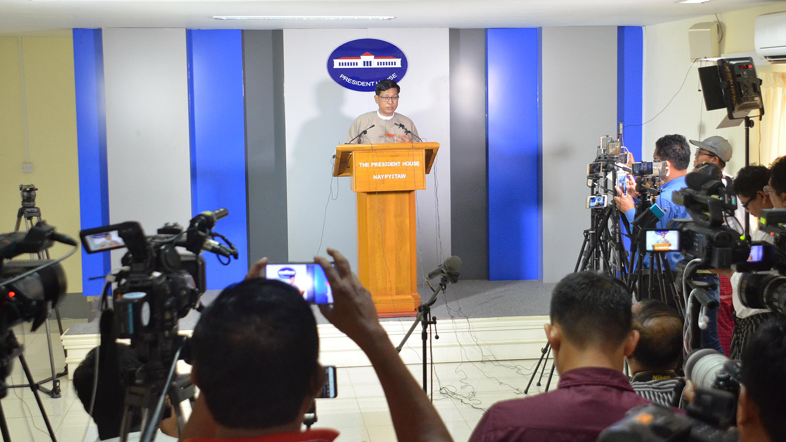 Director-General  U Zaw Htay explains the preparations for COVID-19 at the press conference in the Presidential Palace in Nay Pyi Taw yesterday.Photo: MNA
