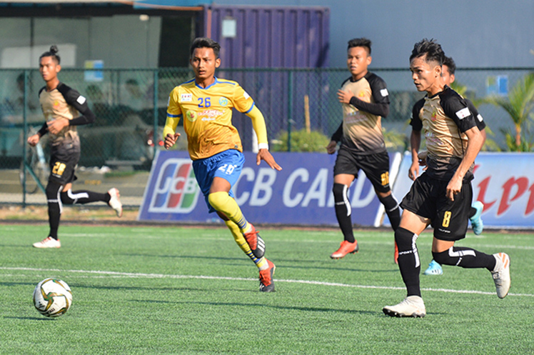 Players from Rakhine United (brown) and Sagaing United (yellow) scrabbling for the ball in the Myanmar National League U-19 match at Yangon United Sports Complex yesterday.Photo: MNL
