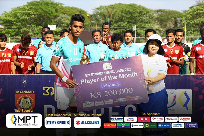 Yangon United midfielder Maung Maung Lwin seen with 'Player of the Month' award.Photo: MNL