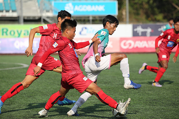 Players from Shan United (red) vie for the ball with a player from Yangon United (green) during their yesterday's MNL U-21 match at the Yangon United Sports Complex.  Photo: MNL