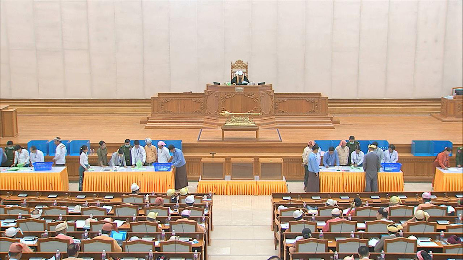Hluttaw representatives continues voting for constitutional amendment during 22nd-day meeting of the Second Pyidaungsu Hluttaw's 15th regular session yesterday.Photo: Htan Phone