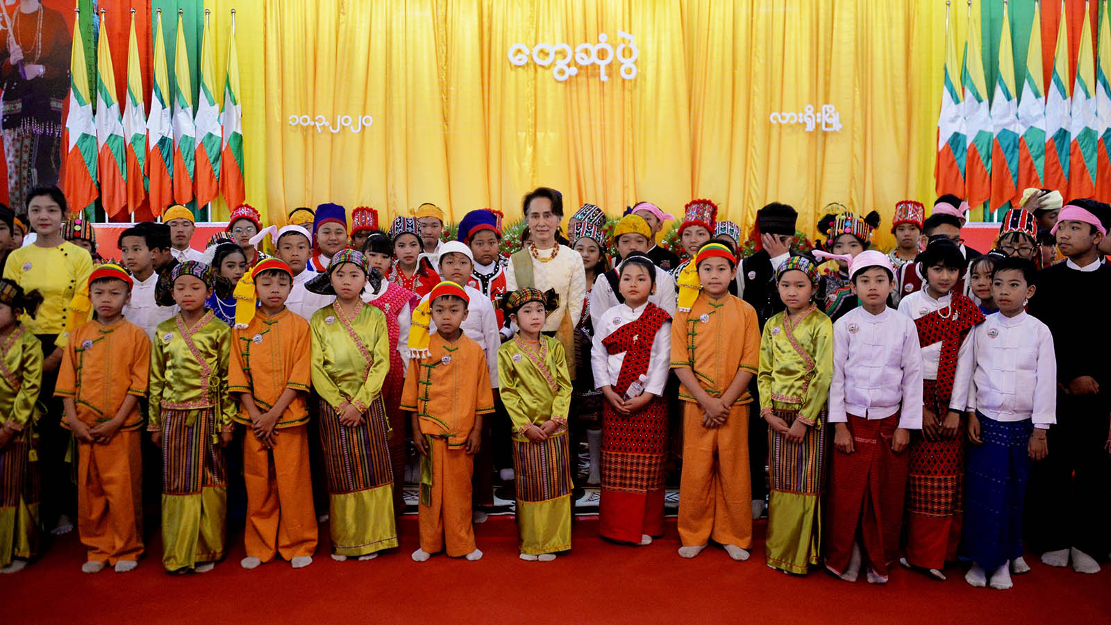 State Counsellor Daw Aung San Suu Kyi poses for group photo together with children in Lashio. Photo: MNA