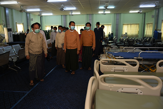 Union Minister Dr Myint Htwe, Yangon Region Chief Minister U Phyo Min Thein and officials observe the healthcare facility for treatment and quarantine of COVID-19 patients at the Central Institute of Civil Service (Lower Myanmar)  in Phaunggyi yesterday.  Photo: mna