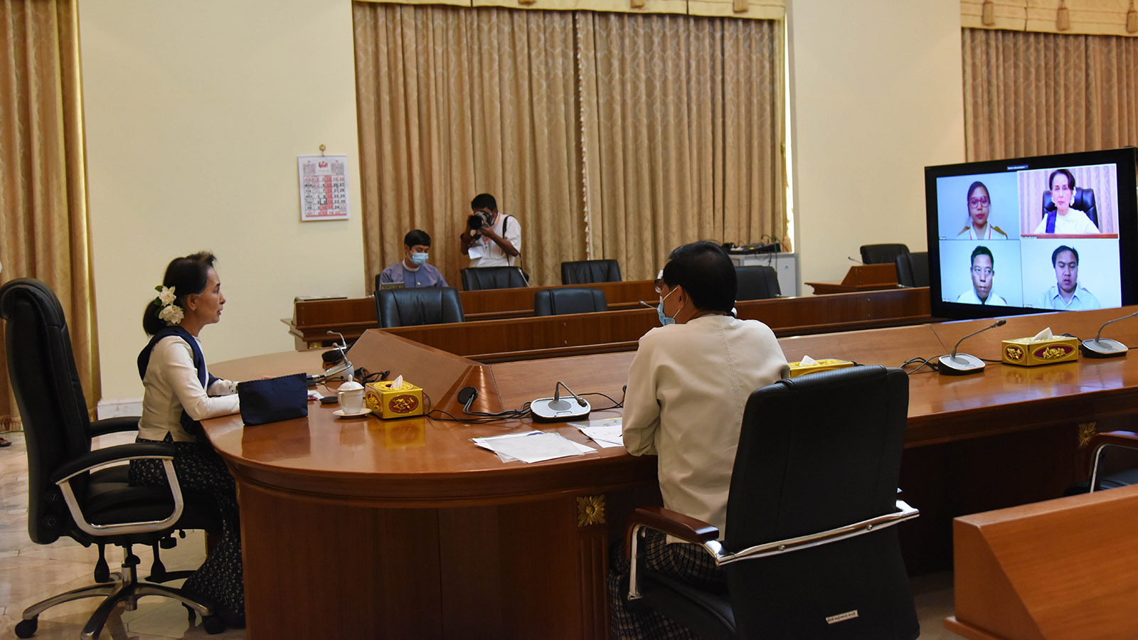 State Counsellor Daw Aung San Suu Kyi holds the video conference with the people taking part in battling with COVID-19 disease in Shan State yesterday.Photo: MNA