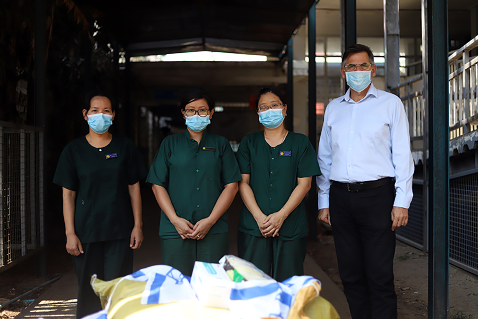 Israeli Ambassador Mr Ronen Gilor poses for a group photo together with the medical officials at theWaibargi Specialist Hospital in Yangon yesterday. Photo: Thura/Mizzima
