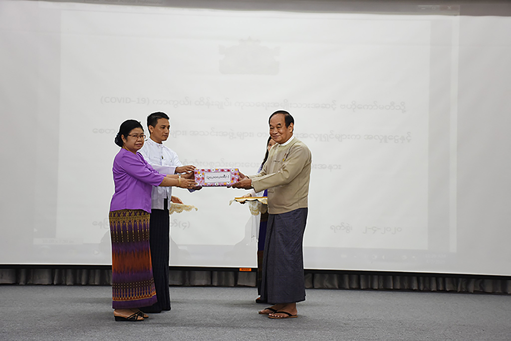 Union Minister Dr Myint Htwe receiving the cash donation from well- wishers for National-Level Central Committee on Prevention, Control and Treatment of Coronavirus 2019 (COVID-19). Photo: mna