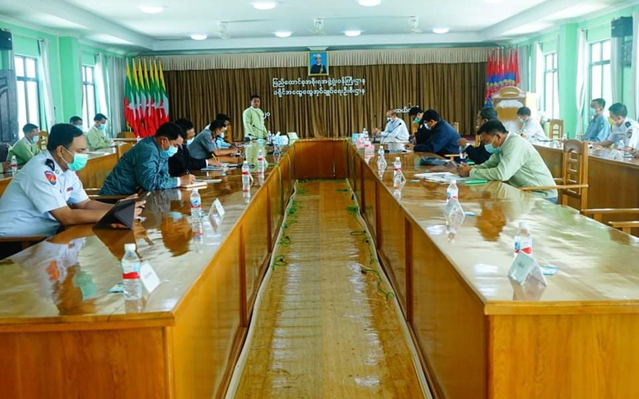 Hluttaw representatives, and officials holding the meeting to discuss future processes to combat COVID-19 in Muse, Shan State.Photo: Salai Ban Yoe Htan (IPRD)