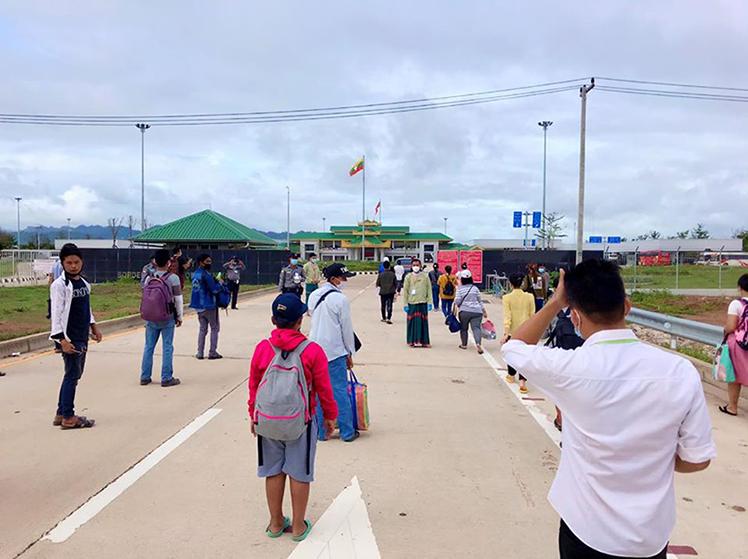 Myanmar migrant workers return home via No 2 Friendship Border Bridge in Myawady Town on 26 June.Photo: Htein Lin Aung (IPRD)