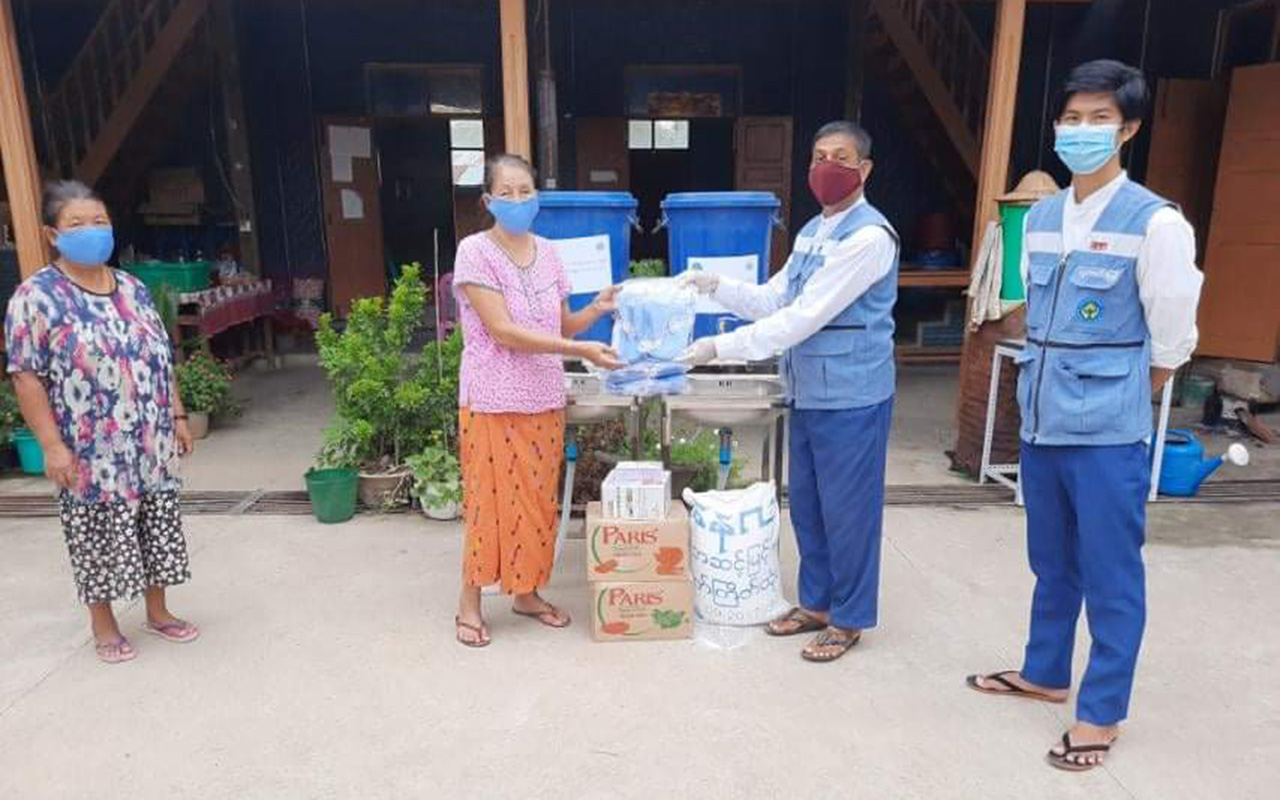 Officials from Ministry of Social Welfare, Relief and Resettlement providing necessary assistance to people in Kachin State.Photo: MNA