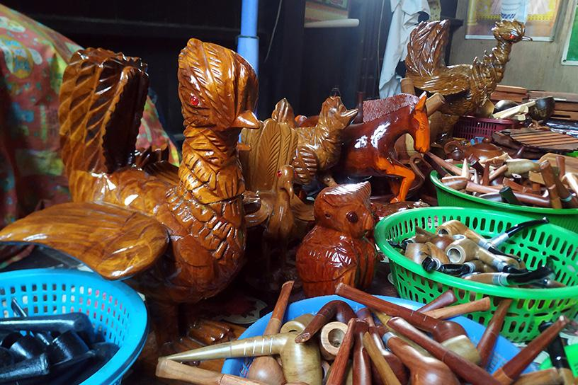 Myanmar handicraft market has declined due to fewer travellers amid COVID-19 restrictions.  PHOTO: Htoo Eain (Chaung Sone)