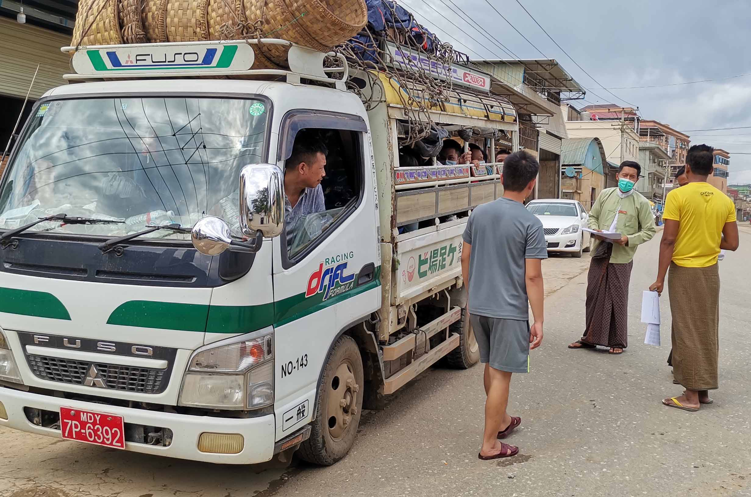 A vehicle carrying returnees is seen in Chinshwehaw on 27 July 2020. Chinshwehaw's COVID-19 Containment Working Committee sent back a total of 127 returnees to thier natives on 27 July 2020. Photo: MNA