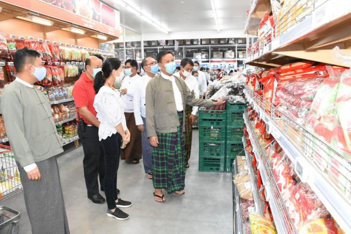 Officials are looking around the sales of foods at a shop on 31 July 2020. Photo: MNA