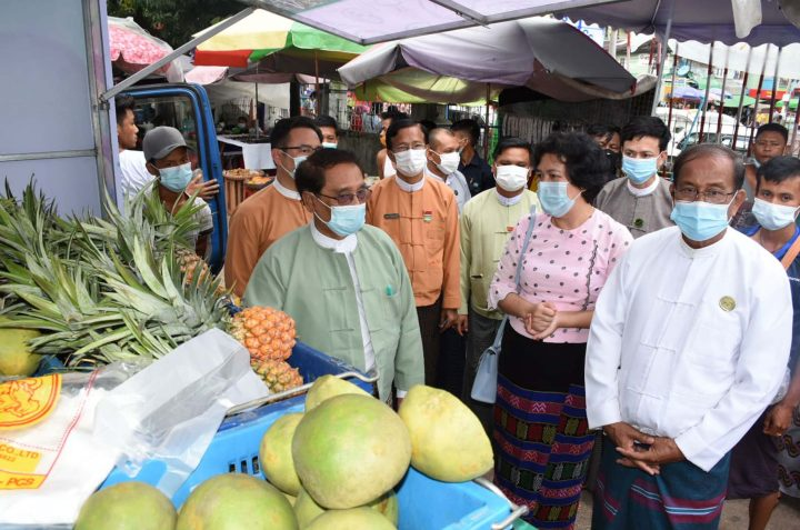 Union Minister Dr Than Myint and officials view the fruits displayed on a truck at the Sanpya Nga Moe Yeik Market in Yangon on 31 July 2020. Photo: MNA