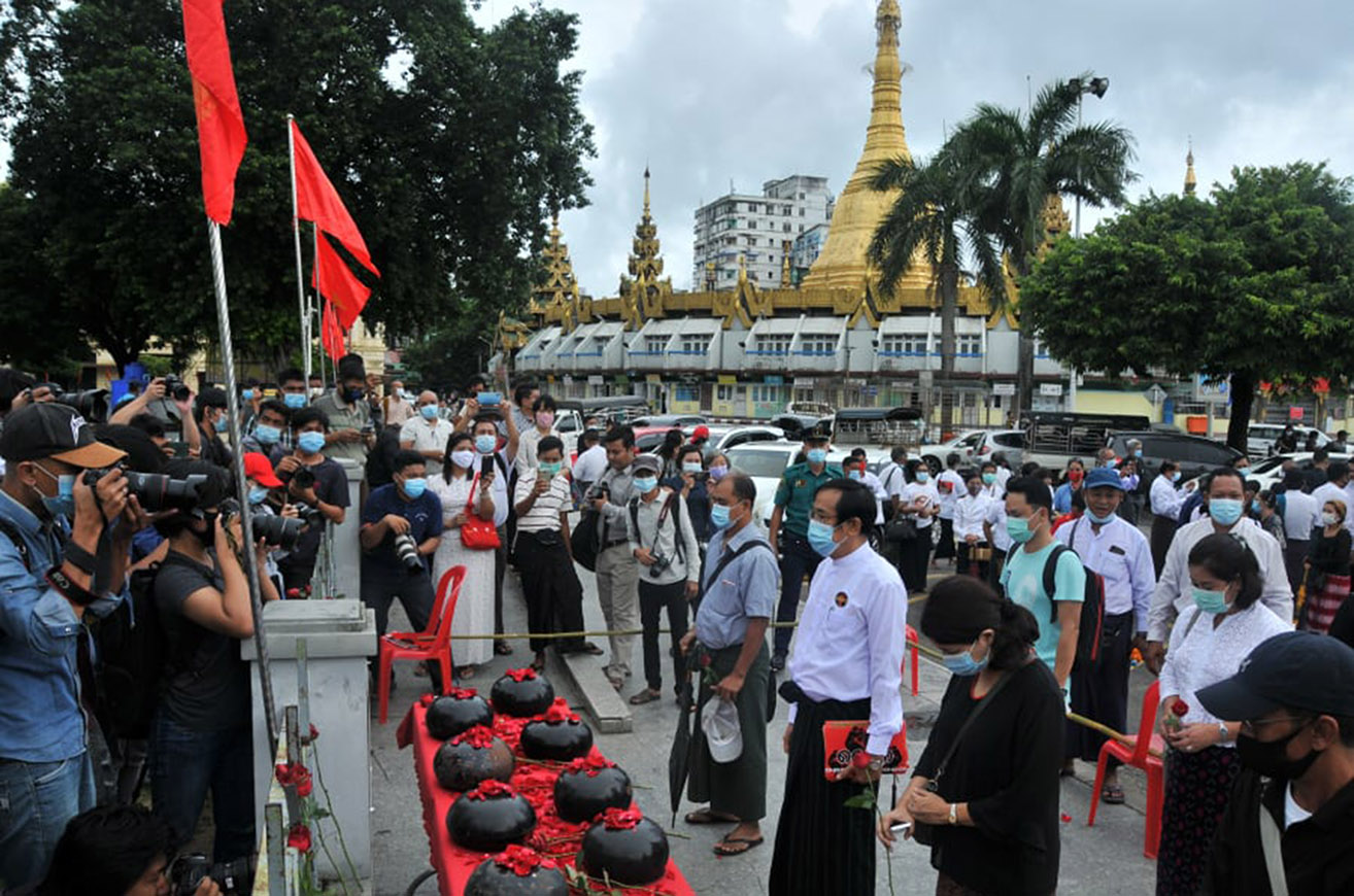 People paying respects with silence to the late monks, students and people who died during the 8888 Uprising in Yangon on 8 August 2020. Photo: Min Thit (MNA)