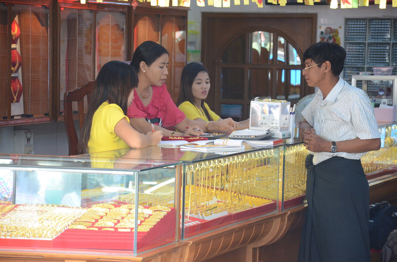 (FILES) Saleswomen are selling gold jewellery at a shop in Yangon on 25 February 2015. Photo : Phoe Khwar