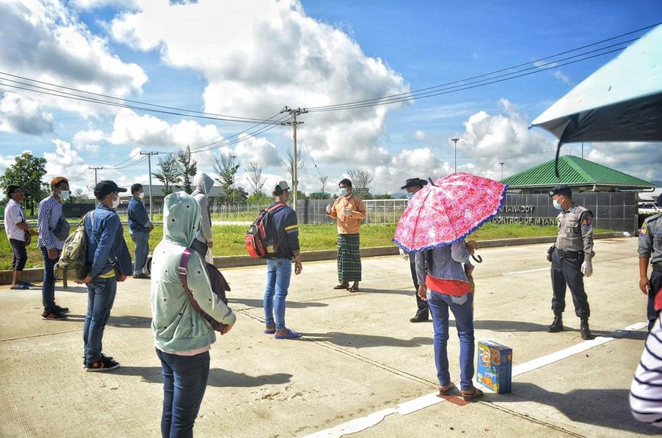 Myanmar returnees queuing at No 2 Myawady border bridge on 9 August 2020.Photo: Htein Lin Aung (IPRD)