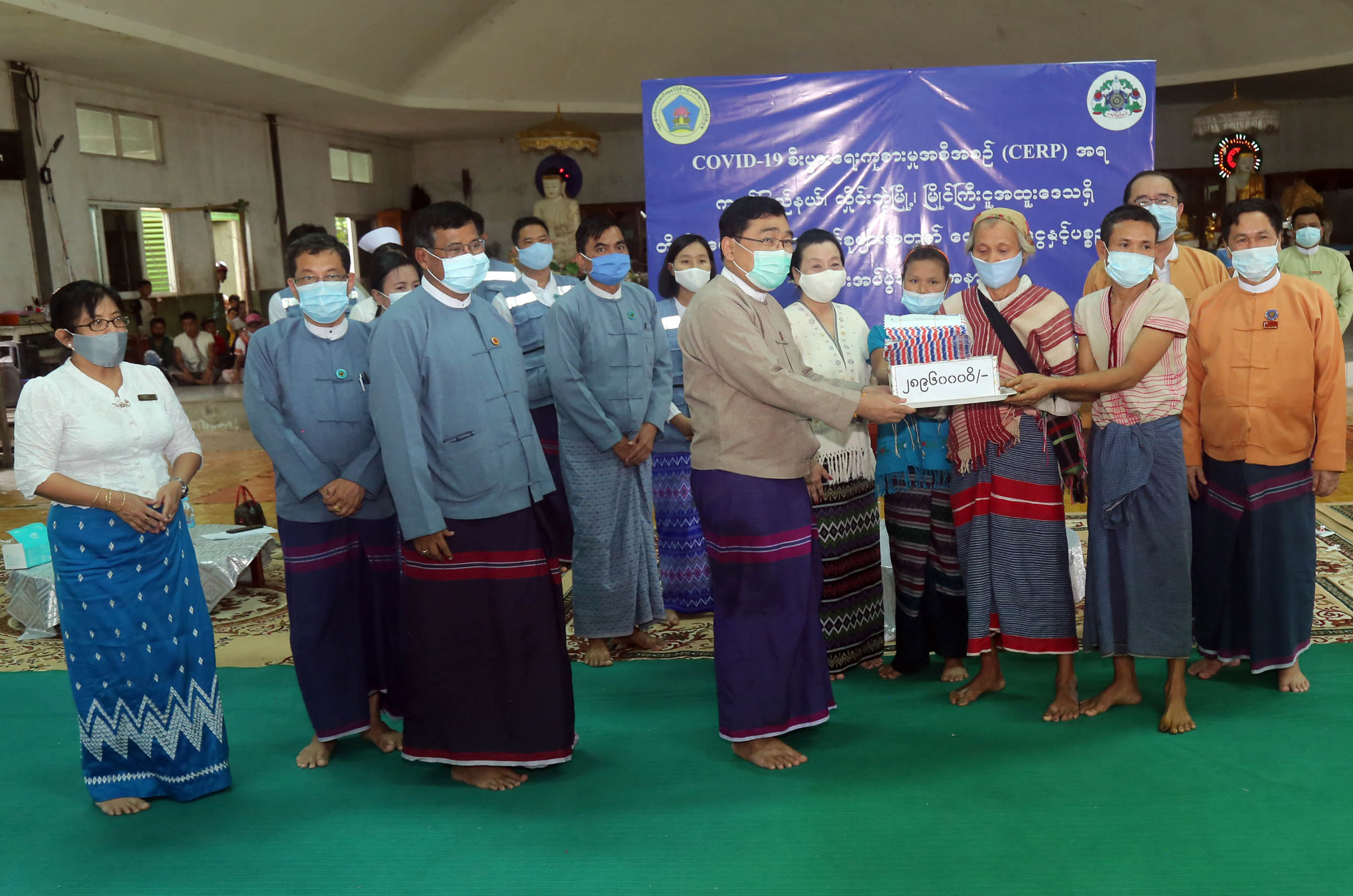 Union Minister Dr Win Myat Aye provides cash assistance from CERP for IDPs in Kayin State on 15 August 2020. Photo: MNA