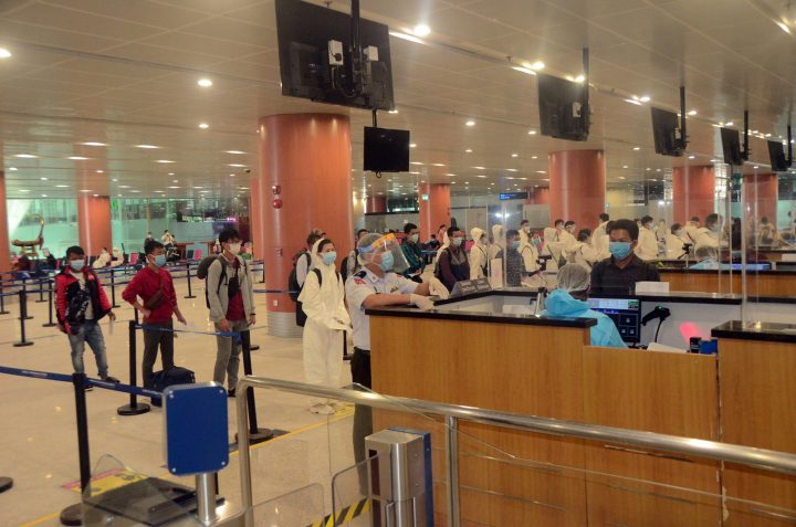 Myanmar nationals returned from foreign countries queue for immigration services at the Yangon International Airport on 31 July 2020. Photo : MNA