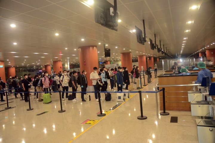 Myanmar returneess from foreign countries are queuing for immigration process at Yangon International Airport on 4 August. Photo: MNA