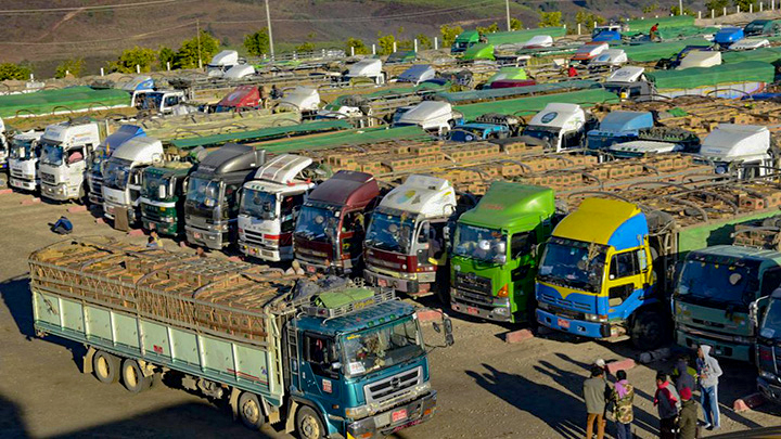 Trucks from Myanmar carrying agro-products, fishery products and animal products wait Chinese buyers at Kyin San Kyawt Gate near Muse. Photo: Van roh Htan (Muse-IPRD)
