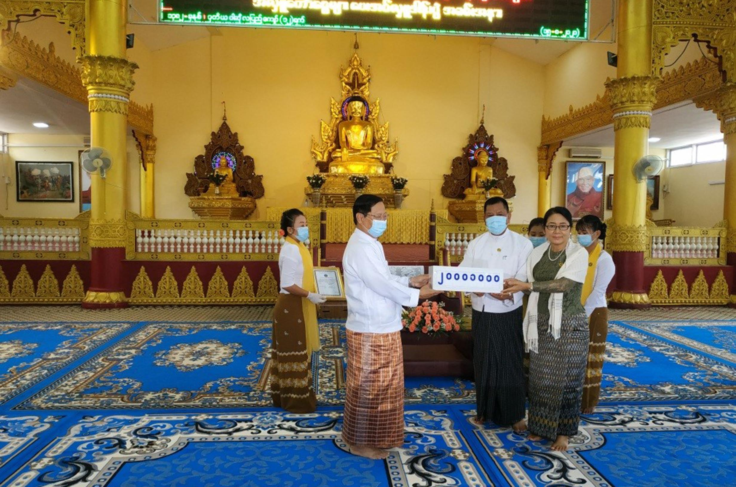 Union Minister Thura U Aung Ko receives K20 million cash donation from a well-wisher at the State Pariyatti Sasana University in Mandalay on 15 August 2020.Photo : MNA