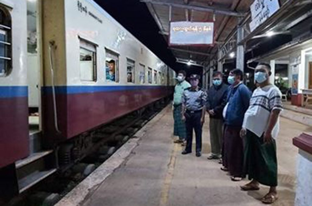Officials from Lashio see off the returnees at the Lashio Railway Station in Lashio on 16 August 2020. photo: Nan Thanda Oo (State IPRD)