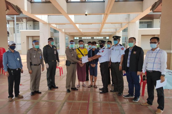 Myanmar and Thai officials exchange documents on transfering two Thai nationals in Tachilek on 31 July 2020.Photo: MNA