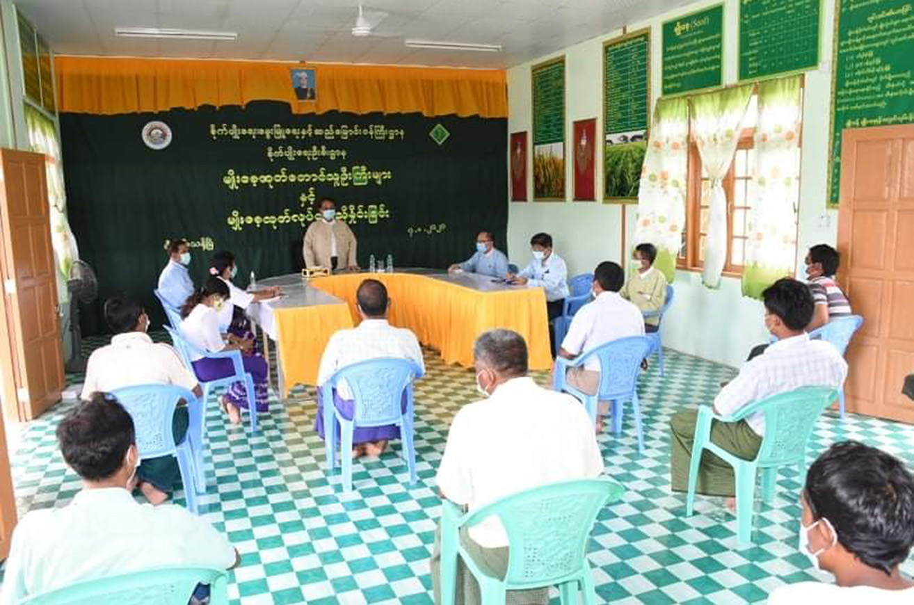 Union Minister Dr Than Myint meets the local paddy growers in Shwebo on 8 August. Photo: MNA