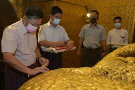 State Administration Council Chairman Senior General Min Aung Hlaing pays homage to Maha Muni Buddha Image in Mandalay