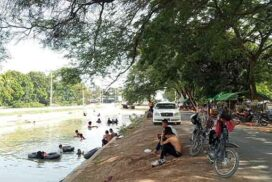 People beat extreme heat in Mandalay main canal